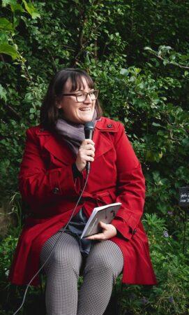 Sandra am lesen cut Sandra Rutschi |Autorin Bern
